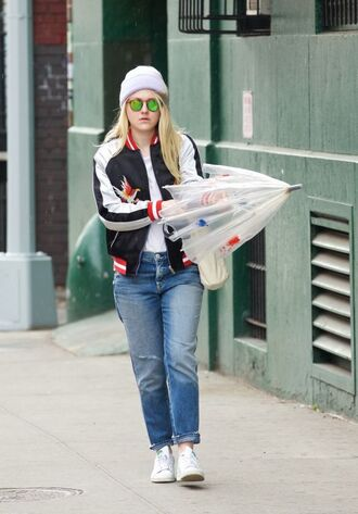 jacket jeans streetstyle dakota fanning beanie spring outfits
