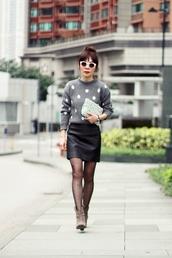 mochaccinoland,blogger,grey sweater,polka dots,tights,pouch,polka dot tights,mini skirt,leather skirt,black leather skirt,black skirt,sunglasses,white sunglasses