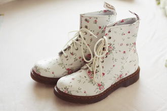 shoes floral flower tumblr white boots boots winter boots summer shoes drmartens flowers white botte combat boots pink vintage grunge goth skater roses