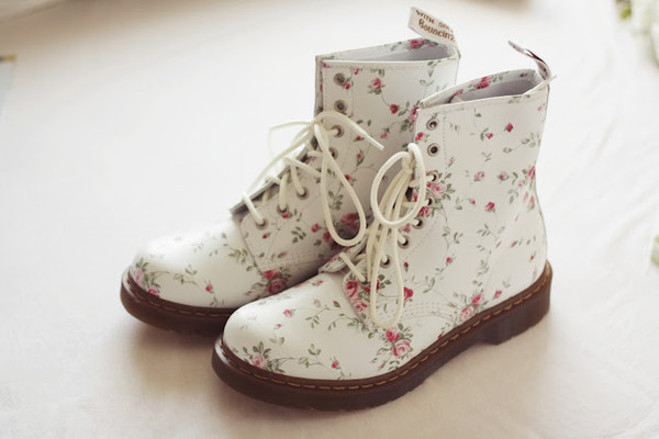 shoes floral flower tumblr white boots boots winter boots summer shoes DrMartens flowers white botte combat boots pink vintage grunge goth skater roses DrMartens flowers