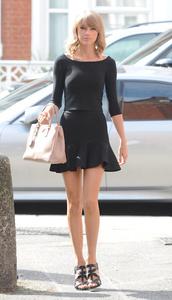 skirt,top,taylor swift,black,sandals,bag