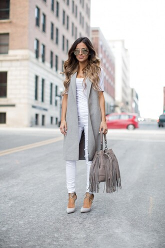 maria vizuete mia mia mine blogger bag sunglasses grey long coat white top white jeans grey bag