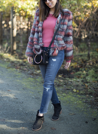 sydne summer's fashion reviews & style tips blogger jacket sweater bag jeans sunglasses shoes fur jacket pink sweater crossbody bag ankle boots