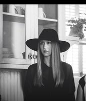 american horror story,grunge,soft grunge,black,black hat,taissa farmiga,violet harmon,violet,zoe benson,ahs coven,ahs murderhouse,ahs on wednesdays we wear black,hat,blouse,violet harmon hat