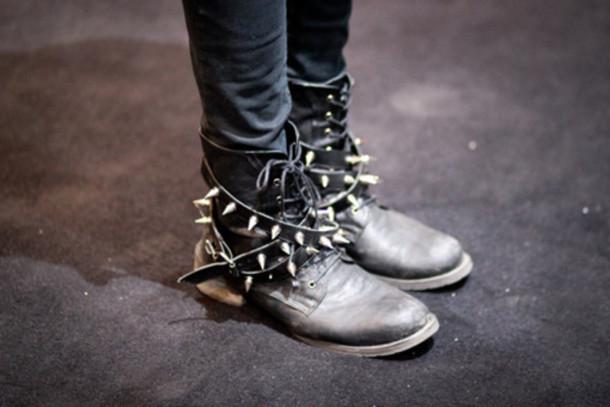 Фото Ботинки в шипах ( lemon), добавлено: 06.06.2012 20:19. Парень азиат в чёрной шляпе и рубашке с серым галстуком