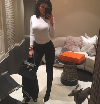 kylie jenner black and white white top bag hermes hermes bag white long sleeves top black skinny jeans natural makeup look make-up natural look black boots black coat fashion kylie jenner jewelry