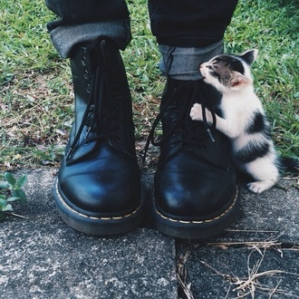 shoes boots black combat boots tumblr tumblr girl tumblr clothes hipster grunge grunge shoes dr marten boots cats jeans cute clothes trendy dr. marten smooth winter boots black doc martens