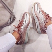 shoes,metallic shoes,shinning,pink shoes,grey shoes,nike,air max,nike shoes,nike running shoes,nike air,sneakers,sportswear,outfit,style,blogger,rose gold,nikes,nike air max 1