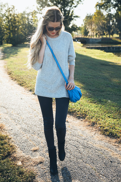 blogger bag sunglasses jeans barefoot blonde make-up