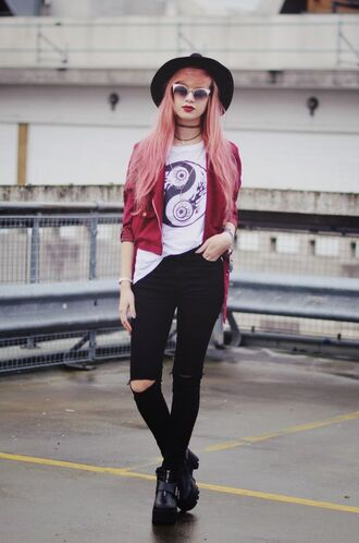 sunglasses black hat red jacket white graphic t-shirt black ripped jeans black boots blogger round sunglasses