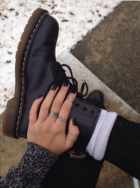 jewels ring mid ring knuckle ring jewelry grunge matte shoes boots lace-up shoes lace up hair accessory DrMartens black boots leg warmers DrMartens DrMartens ring