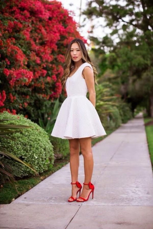 Красное платье белые туфли