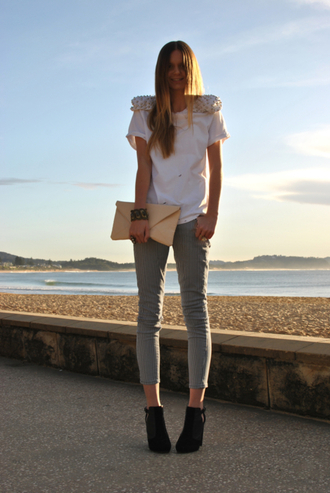 stripes white shirt skinny pants slim blue white tuula beige bag