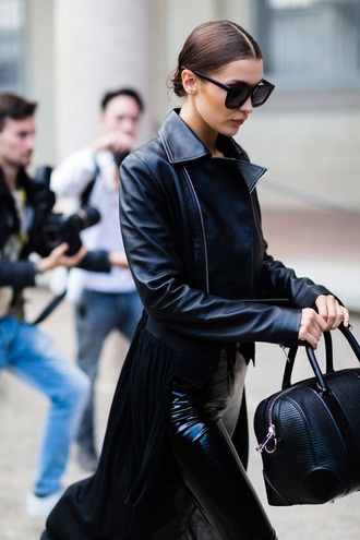 jacket fashion week street style fashion week 2016 fashion week milan fashion week 2016 black leather jacket leather jacket black jacket bag black bag leather leggings leggings all black everything bella hadid celebrity style celebrity sunglasses black sunglasses model