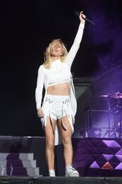 shorts,top,all white everything,sneakers,ellie goulding,coachella,crop tops