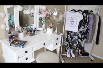 home accessory white black makeup table make-up mirror shoes style t-shirt swag cool girly california girl beauty fashion flowers