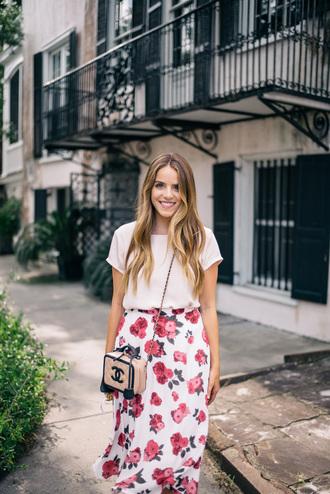 gal meets glam blogger skirt dress bag white top chanel chanel bag floral skirt shoulder bag