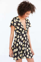 dress,daisy,daisy print,daisy print dress,black and white floral