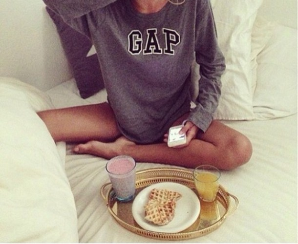 sweater gap pullover grau black white breakfast mornings fashion streetwear comfy sweatshirt long sleeve shirt grey grey shirt oversized jumper comfy girl weheartit grey sweater lovely the breakfast club sweat chill sweatshiry grey sweater louisehansson louise hansson swedish brown tan black and white women brand black sweater