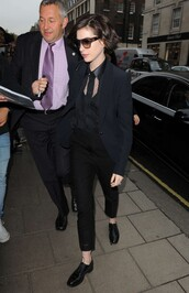 shoes,anne hathaway,black,fall outfits,flats,jacket