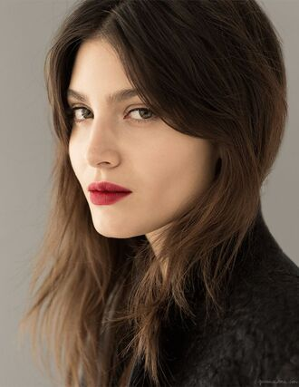 make-up red lipstick brunette straight hair hair/makeup inspo