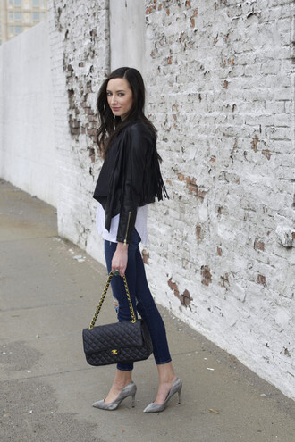 the glam files blogger t-shirt jeans chanel bag grey shoes pointed toe pumps