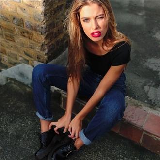 denim black t-shirt streetwear shirt shorts casual street urban simple et chic boyish red lipstick skinny jeans cropped jeans black shoes