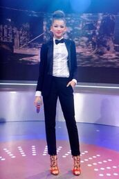 pants,blouse,black and white,black,white,jacket,high heels,pumps,zendaya,shoes,jeans,women suit