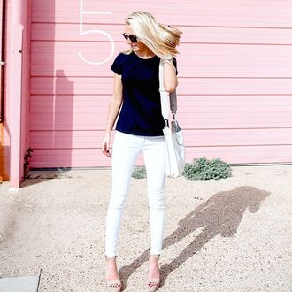 krystal schlegel blogger jeans blue top white jeans white bag wedges
