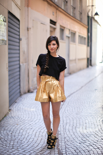shorts gold sneakers gold shorts high waisted shorts top black top sneakers wedge sneakers blog de betty blogger