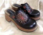 shoes,clogs,platform shoes,platform clogs,boho,boho chic,heels,embroidered,flowers,floral,black,black heels,black shoes,fashion,bohemian,fall outfits,summer,summer shoes