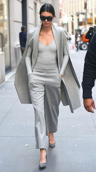 coat cape coat monochrome long sleeve tops grey top wide-leg pants grey pants grey coat grey cape coat grey pumps black sunglasses kendall jenner