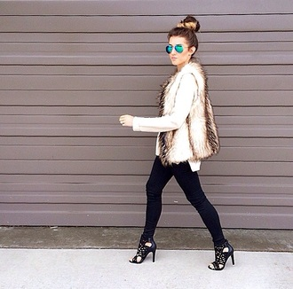 blouse jeans sunglasses beige white blue black heels rayban fashion