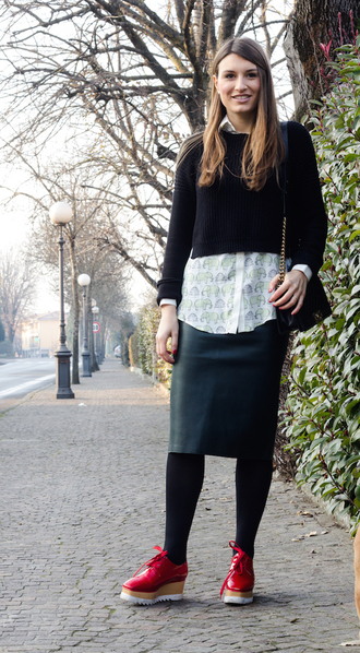 style and trouble blogger leather skirt white shirt cropped sweater