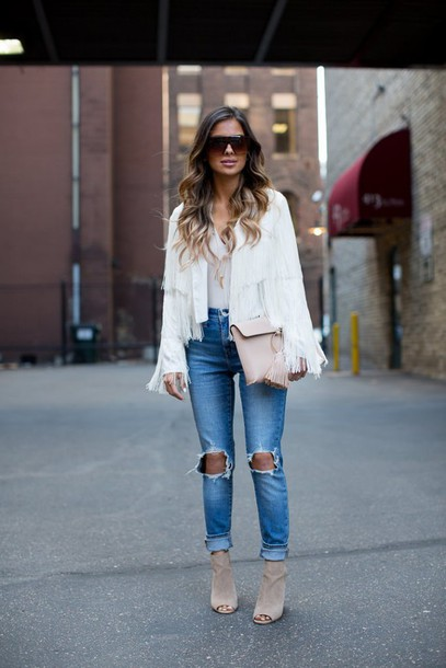 5b5b2248436 maria vizuete mia mia mine blogger ripped jeans white jacket fringed jacket  white top booties beige