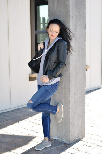 outfits&outings blogger jacket sweater jeans shoes black leather jacket hoodie skinny jeans sneakers