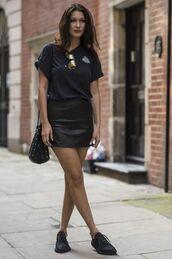 skirt,bella hadid,celebrity style,celebrity,model,mini skirt,black skirt,leather skirt,sneakers,black sneakers,t-shirt,black t-shirt,bucket bag,bag,black bag,sunglasses,mirrored sunglasses
