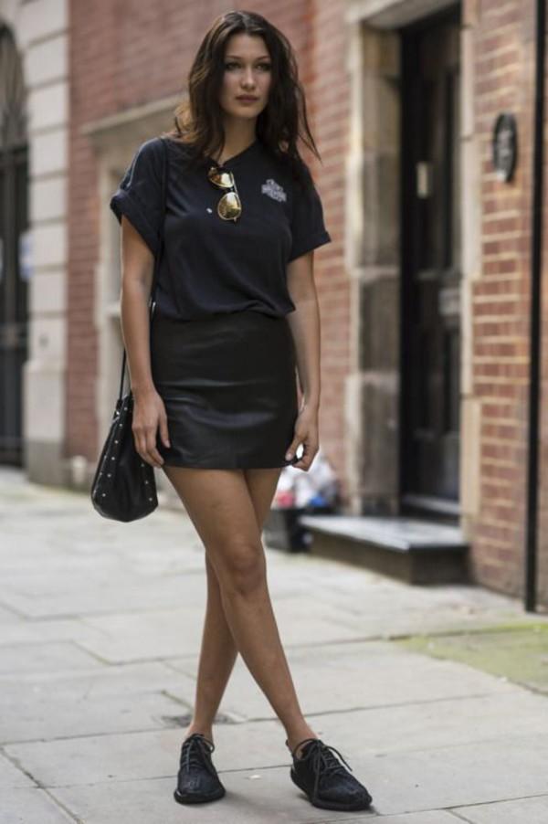 skirt bella hadid celebrity style celebrity model mini skirt black skirt leather skirt sneakers black sneakers t-shirt black t-shirt bucket bag bag black bag sunglasses mirrored sunglasses