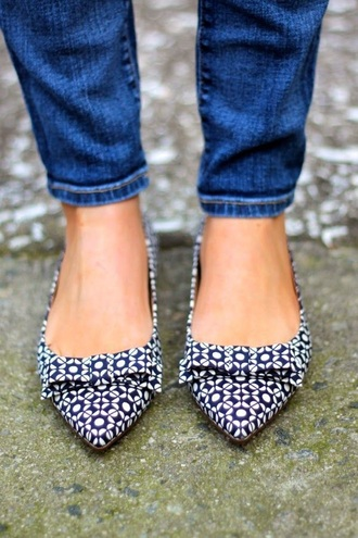 shoes blue white flats skinny jeans pointy toe shoes bows