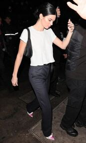 shoes,pumps,kendall jenner,top,pants,model off-duty,streetstyle,spring outfits
