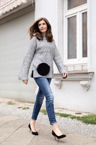 simple et chic blogger sweater jeans shoes bag