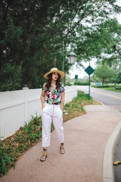 pants,white pants,flats,flat sandals,top,floral top,hat