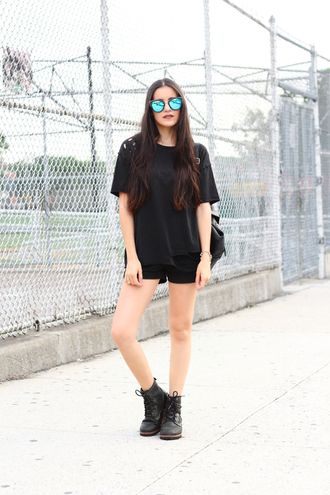 dress like jess blogger t-shirt shoes jewels sunglasses make-up black shorts mirrored sunglasses black top black t-shirt black boots flat boots all black everything