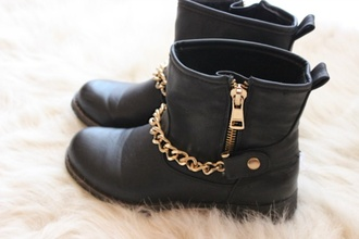 shoes blackboots black boots black little short boots shoes nice stuff pretty fashion and gold boot combat boots black combat boots gold chain black boots gold details ankle boots gold biker boots chain rare black gold chains perfect shoes zip doré bottines chaussures noir classy girly black and gold chain short boots leather boots jade west boots winter outfits fall outfits