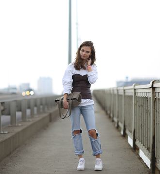 blogger bag ripped jeans venka vision bustier sneakers