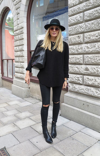 jeans black hat black shirt black ripped jeans black boots blogger sunglasses