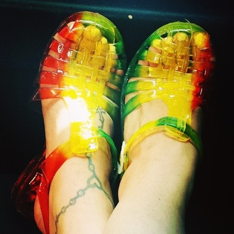 shoes rasta yellow green red jelly sandals sandals summer bob marley chill good vibes feet pretty cute these so freakin bad me jamacia jellies