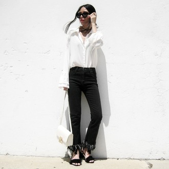 visa lom 1finedai blogger white shirt frayed denim black jeans white bag shoulder bag black sandals minimalist frayed jeans