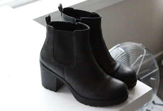 black shoes black chelsea black boots coat shoes boots black black leather boots hipster chelsea boots black ankle boots shoes black wedges girly tumblr girl little black boots indian boots vintage boots grunge nirvana 90s style amazing lovely cute rock style fashion lowboots chelsea ankle boots black winter boots winter outfits chunky high heeled ankle boots high heels bottoms t-shirt clothes heels dark nice stlyle black vagabond boots shoe boot chelsea boots heeled chunky vagabonds trendy grunge shoes