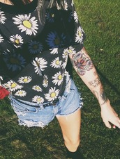 shirt,flowers,black,cute,white,yellow,daisy,daisy blouse,give meee,daisy shirt,other awesome stuff,top,floral top